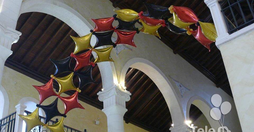 Arco de globos estrellas cuatro puntas con helio bienvenida cena de gala