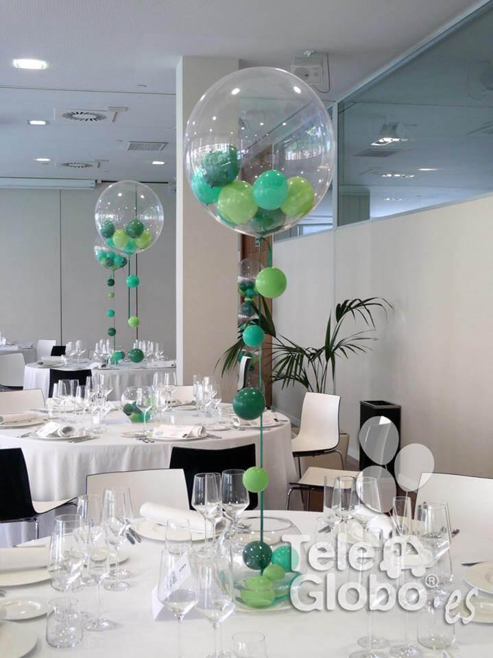 Centro de mesa burbuja con caída de globos en cinta para bautizo