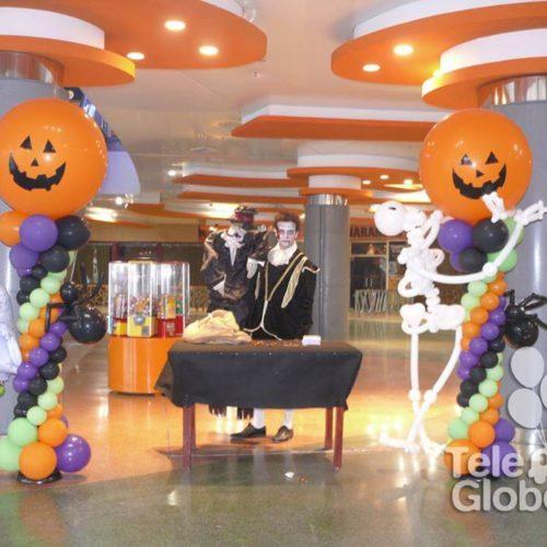 Columna de globos temática Halloween centro comercial MN4