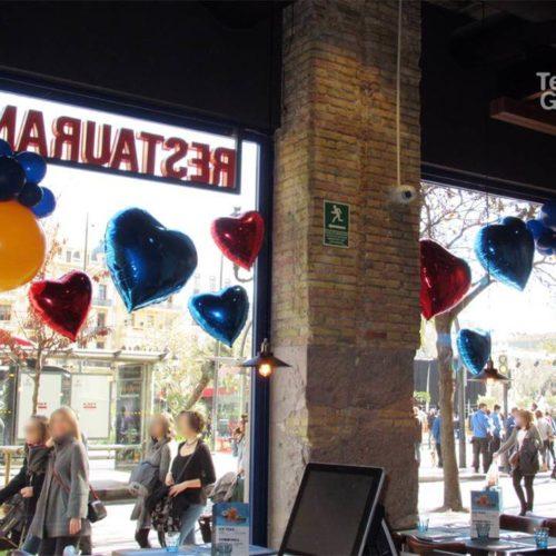Decoración globos escaparate tienda día de los enamorados